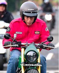 Jokowi saat naik motor