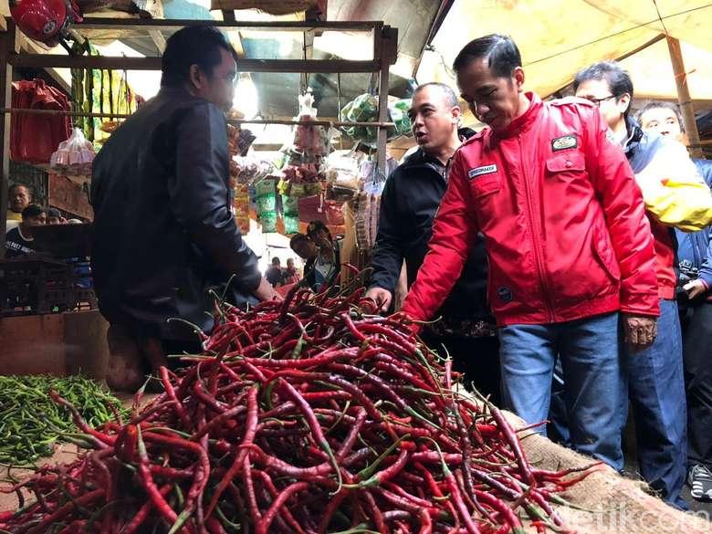 Lewat instagramnya @jokowi, pria asli Solo ini baru saja memposting foto dirinya saat blusukan ke pasar. Foto ini diambil saat Jokowi menyambangi pasar Anyar di Tangerang. Foto: Ray Jordan/detikcom