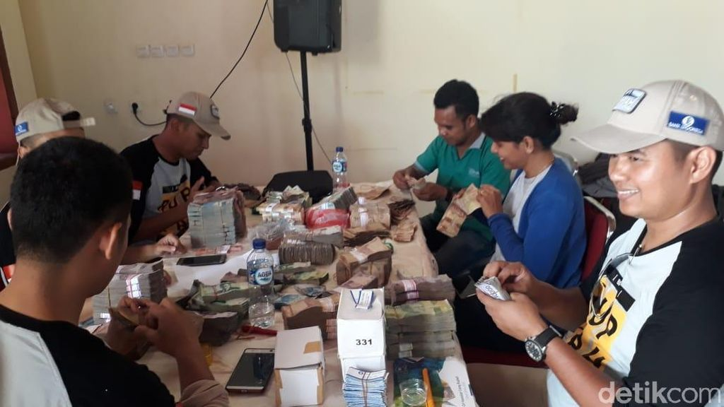 Perjuangan 17 Jam Arungi Samudra Bawa Rupiah ke Pulau Terpencil