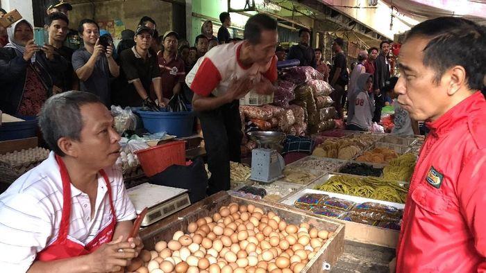 Foto: Presiden Joko Widodo (Jokowi) meninjau langsung harga di Pasar Anyar, Tangerang (Jordan-detikcom).