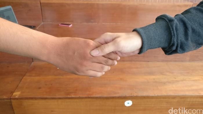 Jabat tangan yang lemas menurut peneliti William F. Chaplin bisa jadi tanda kalau kamu orang yang pemalu atau rendah percaya diri. (Foto: detikHealth)