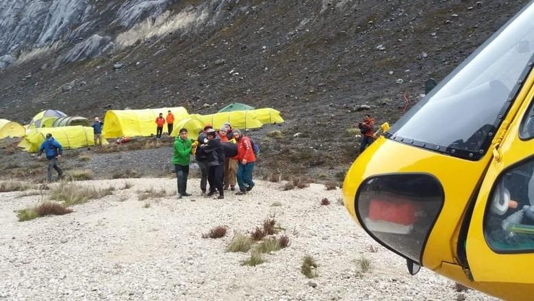Seorang pendaki gunung Cartensz meninggal dunia saat proses pendakian ke Puncak Carstensz Pyramid. Pendaki itu diduga meninggal karena kejatuhan batu.