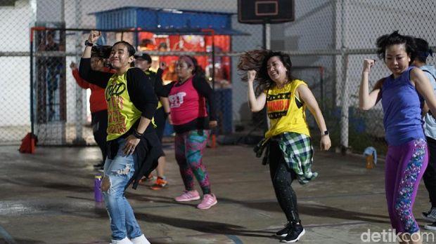 Salah satu sesi olahraga malam 'Zumba Night' di kawasan Alam Sutera Tengerang.