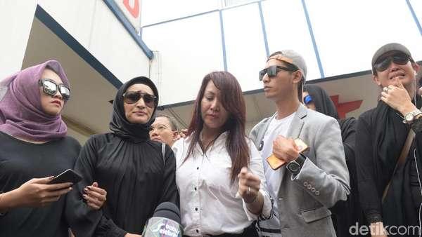 Suasana Duka di RS Pengayoman atas Meninggalnya Pretty Asmara