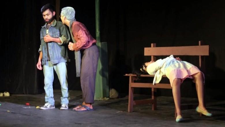Foto: Penampilan sanggar teater pelajar di NTB (Hari/detikTravel)