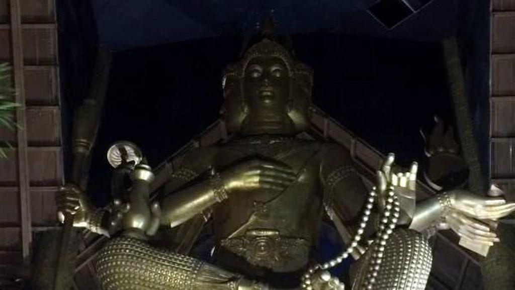 Patung Buddha 4 Wajah Berlapis Emas Ada di Surabaya
