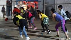 Zumba merupakan salah satu variasi olahraga dance sehat yang digemari banyak orang. Selain sehar di badan, dance juga bisa jadi sarana melepas stres juga lho.
