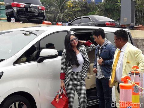 Gaya mewah Dewi Perssik di kantor polisi.