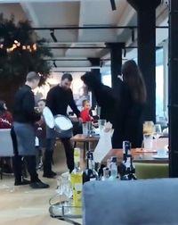 Berlaku Tak Sopan, Pengunjung Ini Dilempar Kue oleh Pelayan Restoran