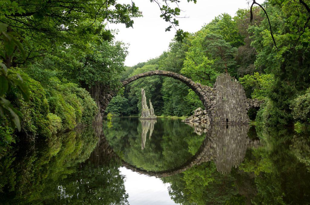 Tempat yang dijuluki Jembatan Setan ini terletak di Jerman. Konon, bentuk bulat sempurna dari jembatan dan bayangan yang terpantul di sungai di bawahnya merupakan pintu masuk ke dunia lain. Foto: Wikimedia.org