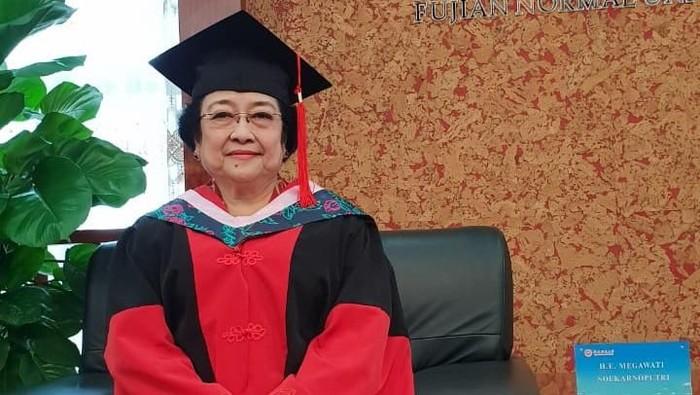 Megawati Soekarnoputri mendapat gelar doktor kehormatan (honoris causa) dari Fujian Normal University (FNU), Fuzhou, China