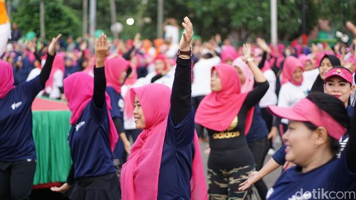 Seperti dilakukan ibu-ibu dari berbagai Puskesmas di Tangerang, Minggu (4/11/2018) pagi yang lalu. Mereka mengenakan aksesori bernuansa pink. (Foto: Annissa WD/detikhealth)