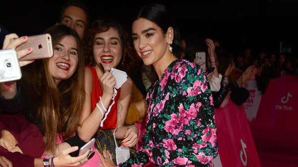 Dua Lipa Pamer Kaki Jenjangnya di MTV EMAs 2018