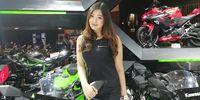 Pingkan usher di booth Kawasaki.