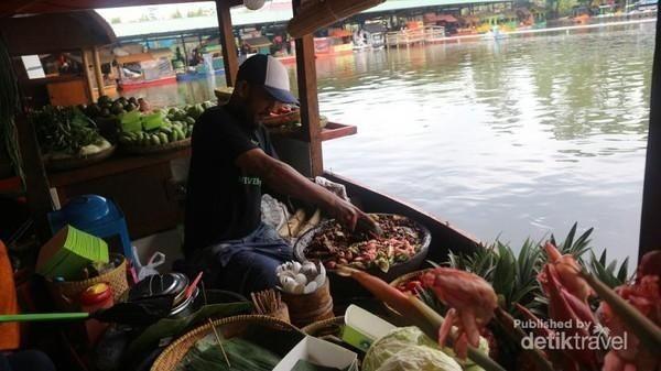 Kulineran ala pasar terapung? di sini tempatnya. Selain menikmati berbagai makanan, traveler juga bisa menyusuri danau dengan sepeda air di Floating Market Lembang. (Nfadils/dTraveler)