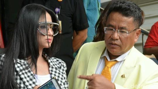 Gaya Dewi Perssik di Polda, Tiru Syahrini?