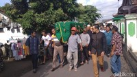 Ratusan Orang Iringi Pemakaman Pretty Asmara