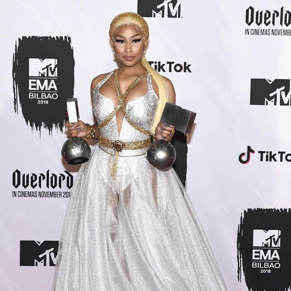 Ups, Nicki Minaj Lupa Lirik saat Tampil Bersama Tyga