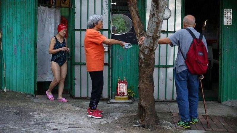 Ada sebuah komunitas renang di Hong Kong terdiri dari sekitar 50 orang lansia. Komunitas ini akan berenang setiap harinya dari Pelabuhan Hong Kong menuju Sai Wan Swimming Shed. (REUTERS/Hannah McKay)