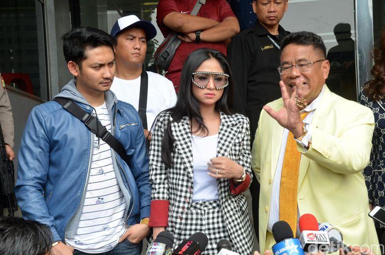 Dewi Perssik membawa kabar dirinya mensomasi Meldi Rosa. Ia melakukan laporan ke Polda Metro Jaya, didampingi Hotman Paris awal pekan lalu. Foto: Ismail/detikFoto