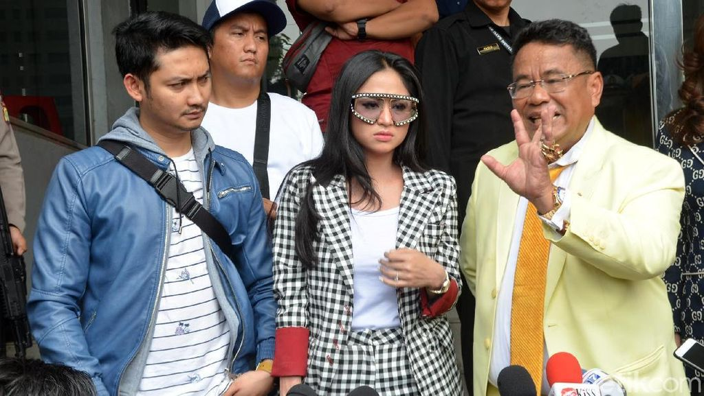 Gaya Mewah Dewi Perssik di Kantor Polisi: Pakai Kacamata Gucci Rp 17 Juta