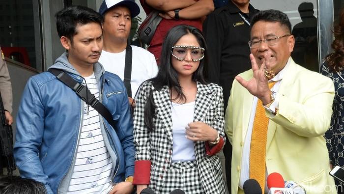 Gaya Dewi Perssik pakai kacamata Gucci. Foto: Ismail/detikFoto