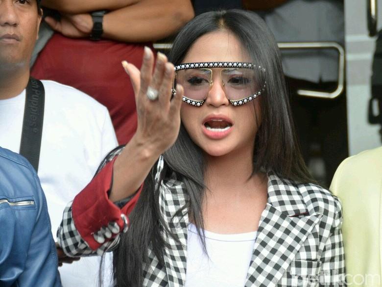 Dewi Perssik Kembali Sindir Orang-orang yang Ingin Ngetop di Instagram