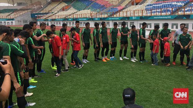 Anak-anak dari Grant a Wish berkesempatan bersalaman dengan pemain Timnas Indonesia.