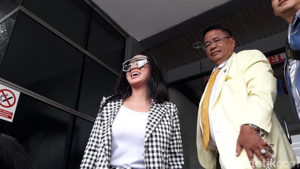 Tampil Wah Bareng Hotman, Dewi Perssik Polisikan Keponakan