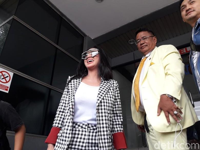 Foto: Dewi Perssik dan Hotman Paris ke Polda Metro Jaya (Isal Mawardi/detikcom)