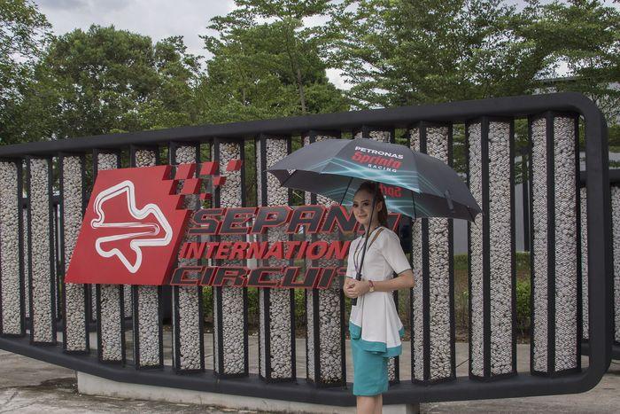 MotoGP Malaysia tahun ini merayakan 20 tahun menjadi tuan rumah MotoGP. Sejak pertama menjadi tuan rumah di 1999, MotoGP Malaysia masih menjadi balapan paling panas dan menuntut kekuatan fisik dan konsentrasi tinggi (Mirco Lazzari gp/Getty Images)