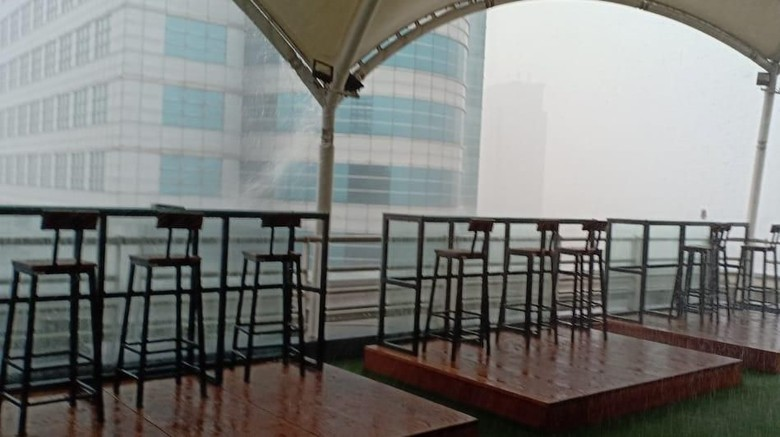 Jakarta Diterjang Hujan Disertai Angin Kencang