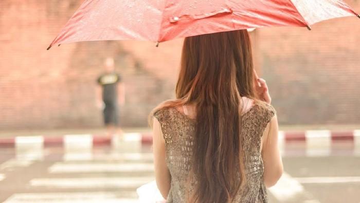 Berbagai perasaan tak terduga bermunculan saat turun hujan. (Foto: iStock)