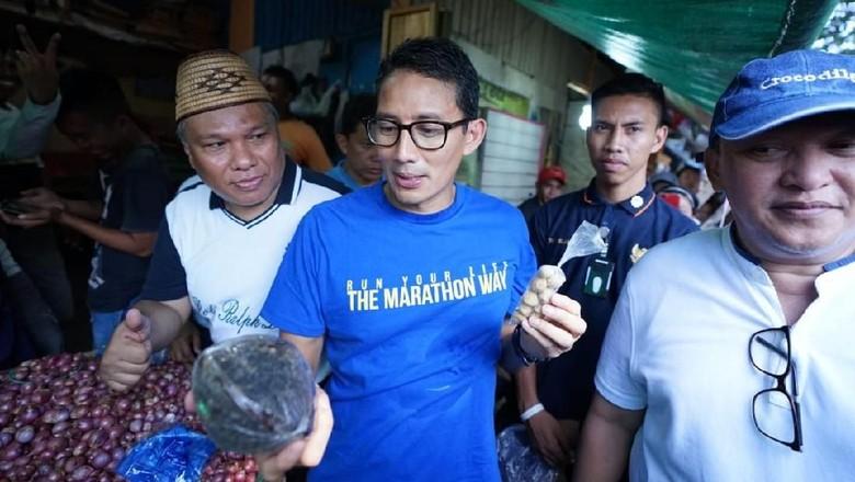 Blusukan ke Pasar di Manado, Sandiaga Beli Kemiri dan Gula Jawa