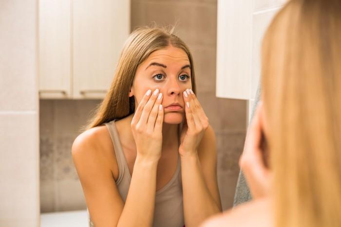 Kantong mata muncul karena kurang tidur, lalu terjadi penumpukan cairan di bawah kelopak mata. Seseorang rentan mengalaminya saat kurang tidur. iStock