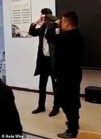 Tak Capai Target, Perusahaan China Ini Paksa Karyawannya Minum Air Kencing