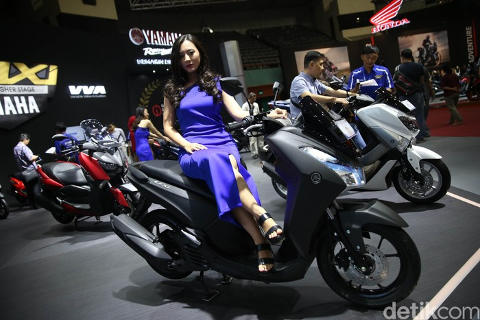 Usher Yamaha semakin tampil memesona di ajang pameran motor terbesar di Indonesia IMOS 2018. Yuk, intip pesona mereka di depan kamera.