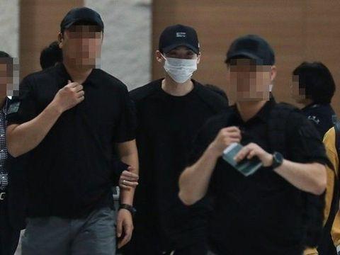 Lee Jong Suk saat tiba di bandara Incheon, Korea Selatan.