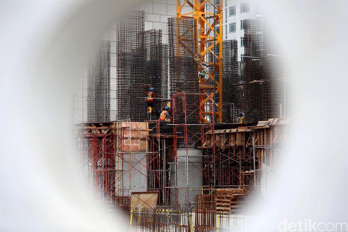 Pekerja melakukan pembangunan gedung bertingkat di kawasan Kuningan, Jakarta Selatan, Jakarta, Selasa (6/11/2018).