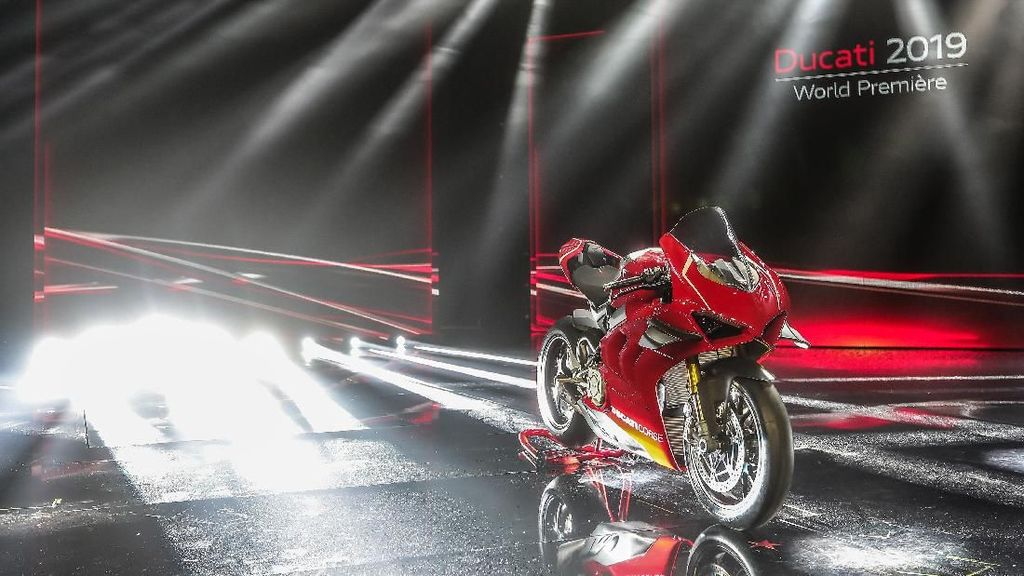 Ducati Panigale V4 vs BMW M3, Mana yang Tercepat?