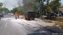 Setelah Putar Balik, Mobil Boks Ini Terbakar di Depan SPBU