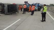 Minibus Angkut 13 Penumpang Terguling di Tol SuMo, Ini Penyebabnya