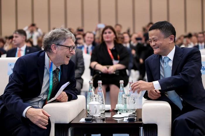 Bill Gates ketika bertemu Jack Ma. Foto: Getty Images