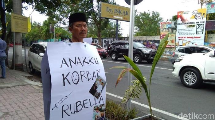Suyanto melakukan unjuk rasa dengan berjalan kaki dari Tulungagung ke Kediri. (Foto: Adhar Muttaqin)