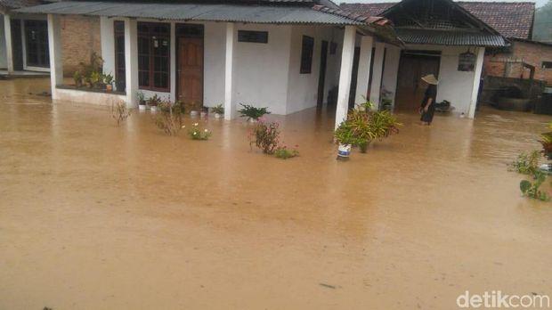 Hujan Semalaman, Wilayah Trenggalek Diterjang Banjir dan Longsor