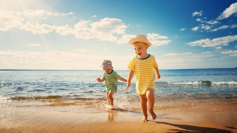 Ilustrasi anak main di air/ Foto: iStock
