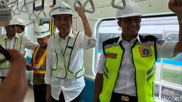 Jokowi dan Anies saat meninjau MRT