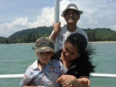Yusril dan keluarga sedang naik katir, perahu tradisional Belitung, di pantai Burung Mandi. Seru ya liburan keluarga Yusril. (Foto: Instagram @yusrilihzamhd)