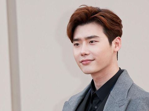 SEOUL, SOUTH KOREA - MAY 04:  Lee Jong-Suk arrives the Chanel 2015/16 Cruise Collection show on May 4, 2015 in Seoul, South Korea.  (Photo by Chung Sung-Jun/Getty Images)