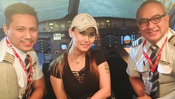 Maria Ozawa Diperiksa Imigrasi karena Foto di Kokpit Pesawat?
